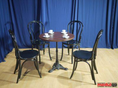 Díszített talpú Thonet asztal, 4db Thonet székkel